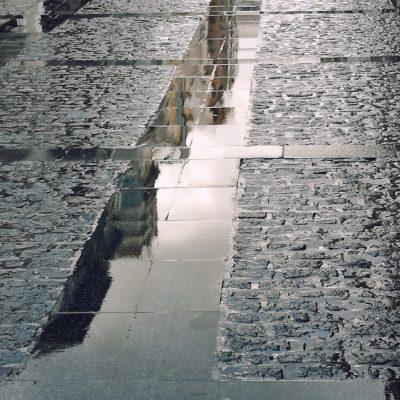 Reflejo de edificios en La Carrera - JAVIER LEÓN COTARELO